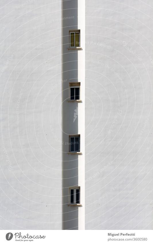 Detail eines Gebäudes, bei dem nur eine Reihe von kleinen Fenstern vertikal zu sehen ist Fassade Appartement Architektur Turm Wolkenkratzer Himmel Urbanisierung