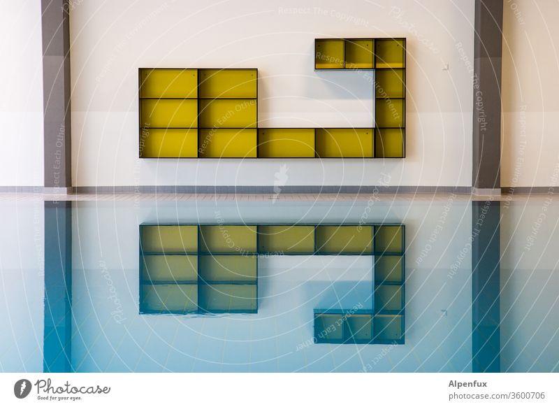 vier senkrecht, fünf waagrecht Spiegelung Spiegelung im Wasser Reflexion & Spiegelung Kasten Regale Schwimmen & Baden Farbfoto leere regale Menschenleer