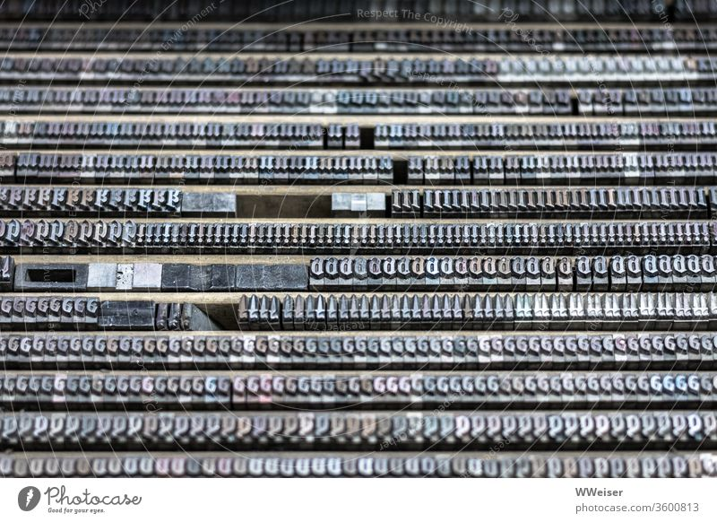 Typensatz Fraktur in einer Druckerei Buchstaben Druckform Bleisatz Reihen Drucken Schriftzeichen Handwerk drucken Typographie Schriftsetzer Kunst Druckmaschine