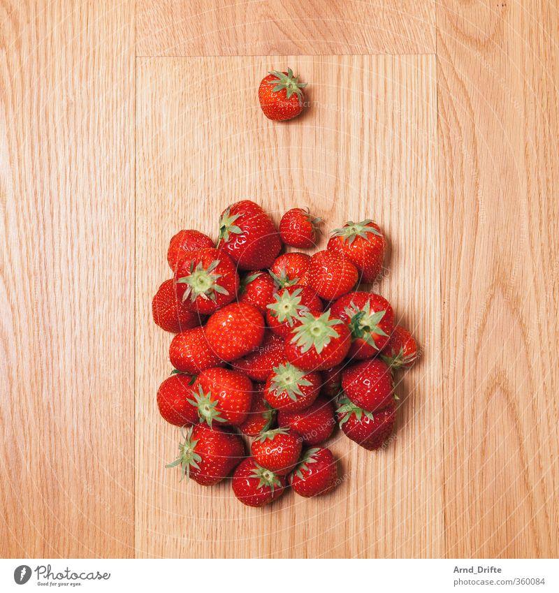 So lonely 2 Einsamkeit 1 Traurigkeit klein Essen Frucht Speise Armut groß viele Teile u. Stücke Partnerschaft Holzbrett Teller wenige Erdbeeren