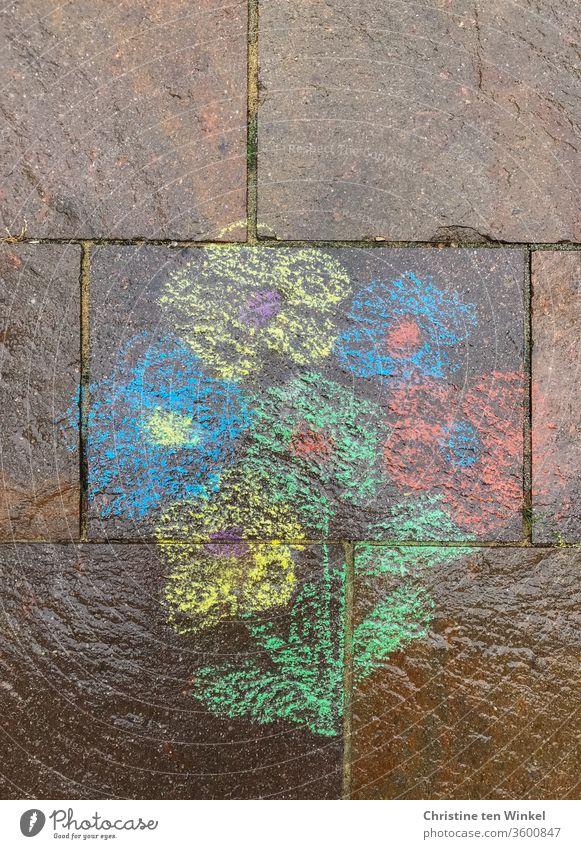 verregneter Blumenstrauß, mit Straßenmalkreide auf Natursteine gemalt Kreide Strassenmalkreide Strassenmalerei bunt malen nass Regen Nässe glänzend rot blau