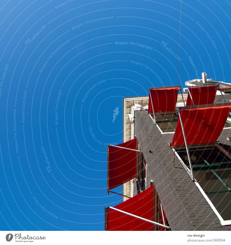 Schöner Wohnen Himmel Stadt blau Sommer weiß rot Haus Fenster Wand Architektur Gebäude Mauer Fassade Wohnung Häusliches Leben Lebensfreude