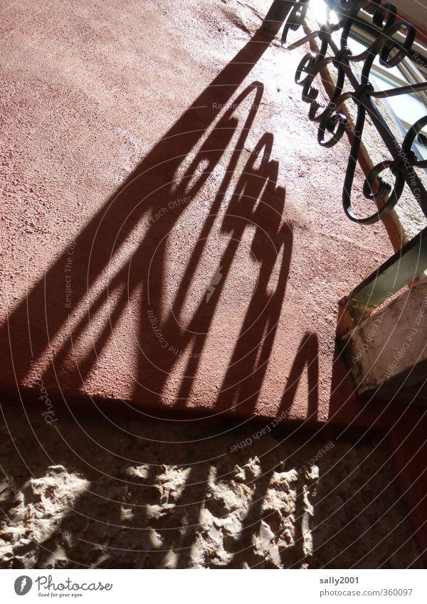 mit Schwung ins Licht rot Haus Wand Mauer Fassade leuchten ästhetisch Geländer Balkon Gitter Altstadt Lichtspiel Schattenspiel Lichteinfall schwungvoll