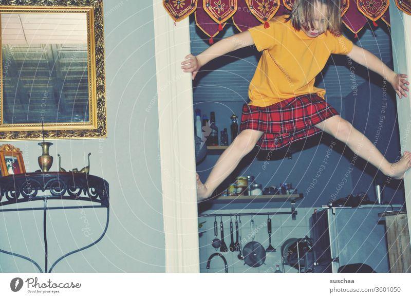 sportliches mädchen klettert am türrahmen hoch Kind Mädchen gelenkig Unfug Spaß Bewegungsdrang Geschicklichkeit Wohnung wohnen Kindererziehung klettern
