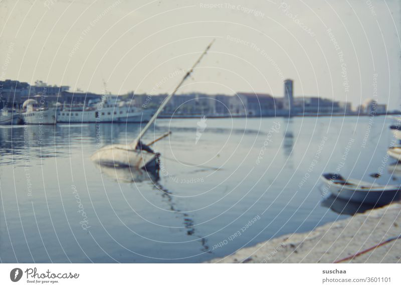 altes dia eines yachthafens mit sinkendem schiff irgendwo in griechenland retro Dia 70er Jahre Meer Wasser blau Ägäis Griechenland Hafen Yachthafen Boote