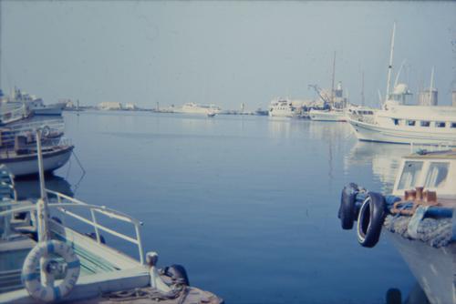 altes dia eines yachthafens irgendwo in griechenland retro Dia 70er Jahre Meer Wasser blau Ägäis Griechenland Hafen Yachthafen Boote Schiffe Anlegeplatz