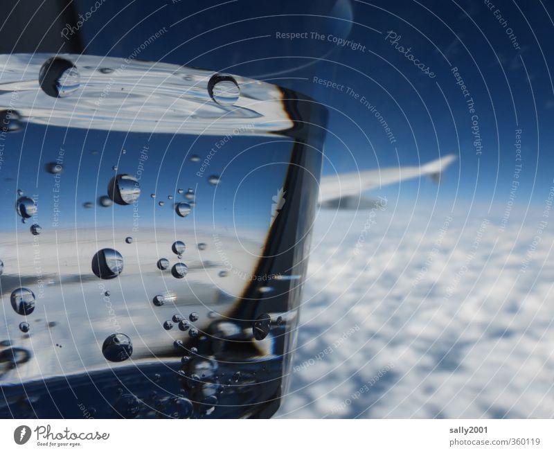 Erfrischendes über den Wolken... Getränk Erfrischungsgetränk Trinkwasser Becher Himmel Luftverkehr Flugzeug im Flugzeug Flugzeugausblick fliegen träumen trinken