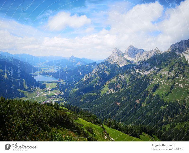 Blick ins Tal mit See und Bergspitzen Alpen alpin wandern Wanderung Wald Fernweh Berge Aussicht Wolken Berge u. Gebirge Natur Landschaft Farbfoto