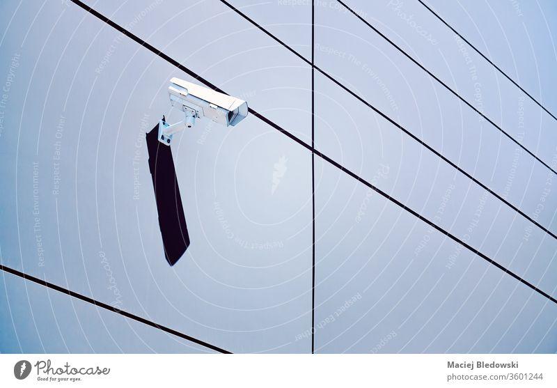 CCTV-Kamera an einer Wand eines Bürogebäudes. Fotokamera cctv Sicherheit elektronisch Kontrolle System Schutz blau Überwachung Video Technik & Technologie Gerät