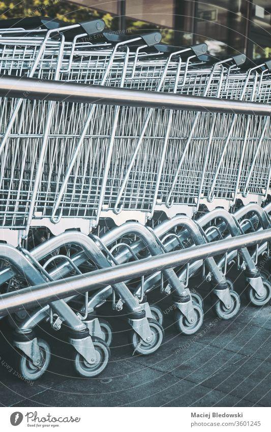 Reihe von leeren Einkaufswagen. Karre Supermarkt Einzelhandel Handwagen Laden kaufen Werkstatt Korb Markt Business Lebensmittelgeschäft Konsumverhalten
