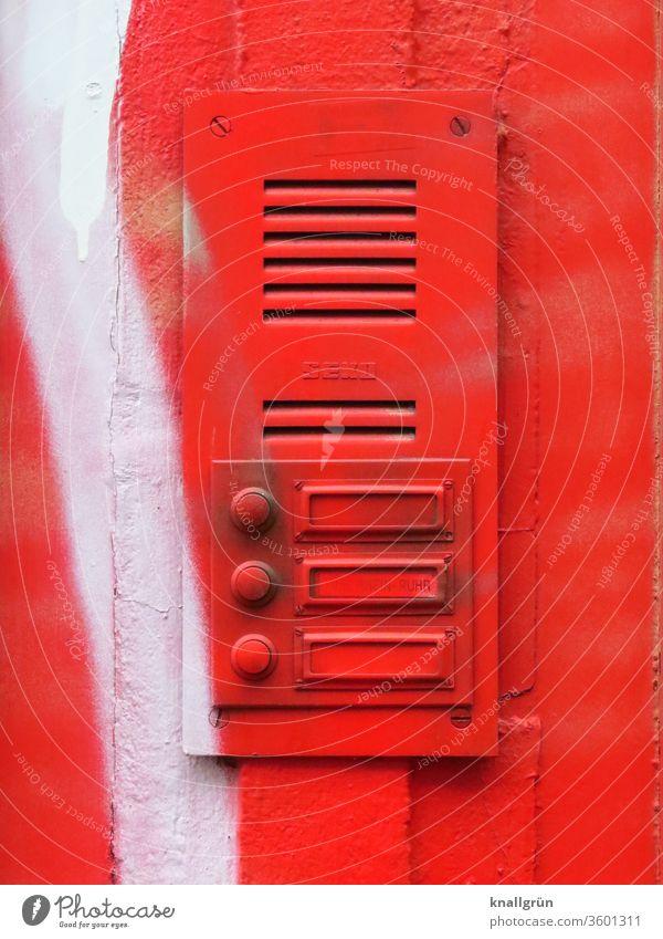 Klingelschild mit drei Klingeln und Sprechanlage komplett rot gesprayt Rot Graffiti Außenaufnahme Namensschild weiß Farbfoto Wand Mauer Tag Haus Detailaufnahme