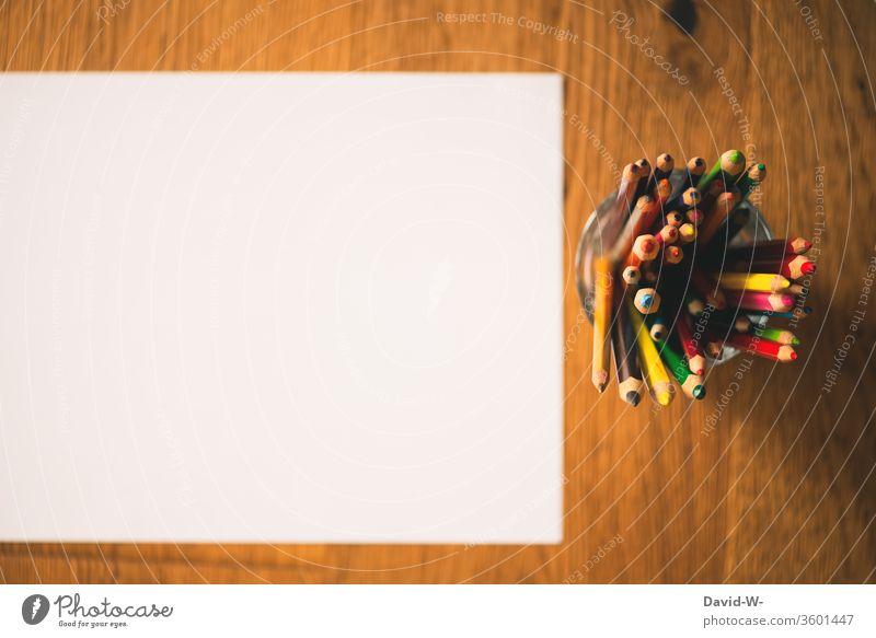 Buntstifte und ein weißes Blatt Papier Stifte farben farbenfroh malen kreativ Kreativität Zettel Textfreiraum zeichnen Farbfoto Kunst Innenaufnahme Schreibstift