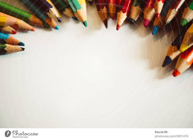 Buntstifte auf weißem Hintergrund Stifte farben farbenfroh malen kreativ Kreativität Blatt Zettel Textfreiraum Papier zeichnen Farbfoto Kunst Innenaufnahme