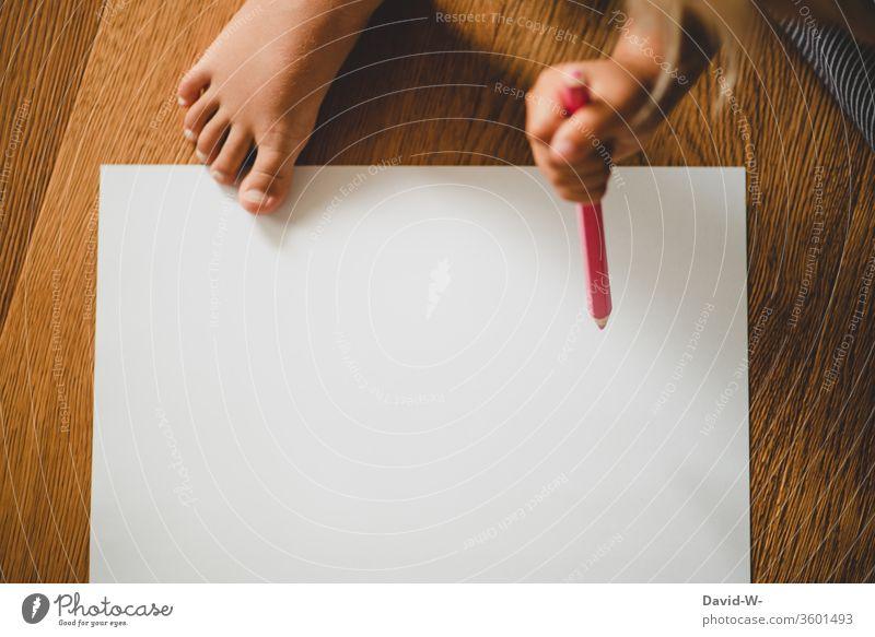 Kind malt mit einem Buntstift auf einem weißen Blatt Papier Buntstifte Stifte farben farbenfroh malen kreativ Kreativität Zettel Textfreiraum zeichnen Farbfoto
