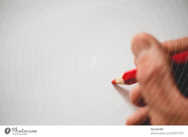 roter Buntstift auf weißem Papier Buntstifte Stifte farben farbenfroh malen kreativ Kreativität Blatt Zettel Textfreiraum zeichnen Farbfoto Kunst Innenaufnahme