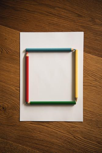 Buntstifte als Quadrat Stifte farben farbenfroh malen kreativ Kreativität Blatt Zettel Textfreiraum Papier zeichnen Farbfoto Kunst Innenaufnahme Schreibstift