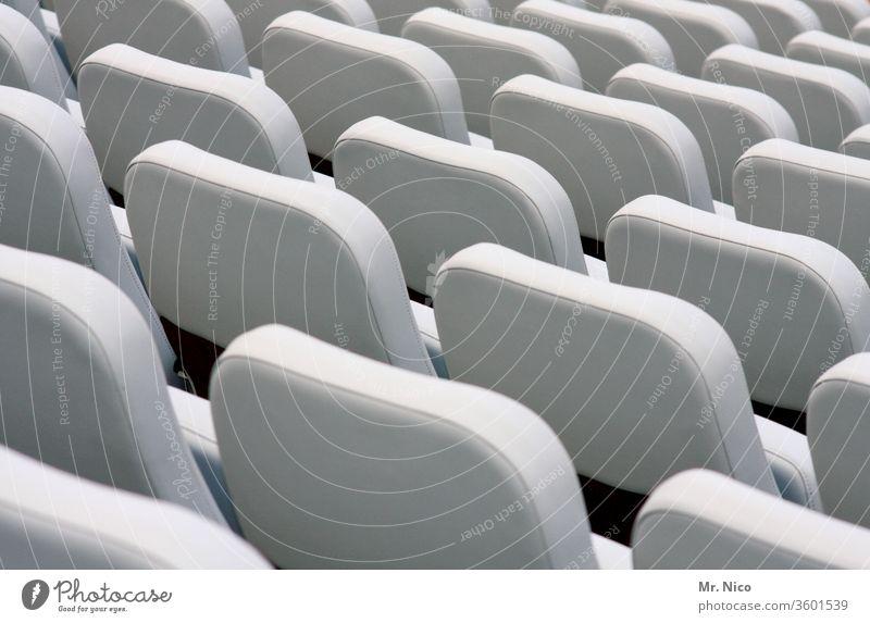 VIP Plätze Sitz Sitzgelegenheit Sitzreihe frei Platz leer Reihe Bestuhlung klappsitz Klappstuhl Tribüne Strukturen & Formen Hörsaal Kinosessel Kinosaal weiß