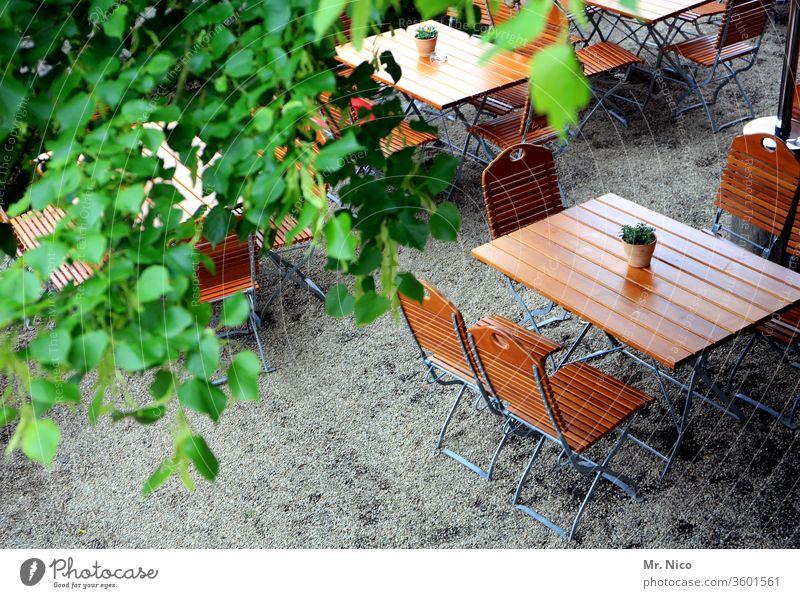 Vorfreude I auf einen Biergartenabend ohne Abstandsregeln ausgehen Tisch Stuhl Sommer Holztisch Café Restaurant Zusammensein Stammtisch reserviert hinsetzen