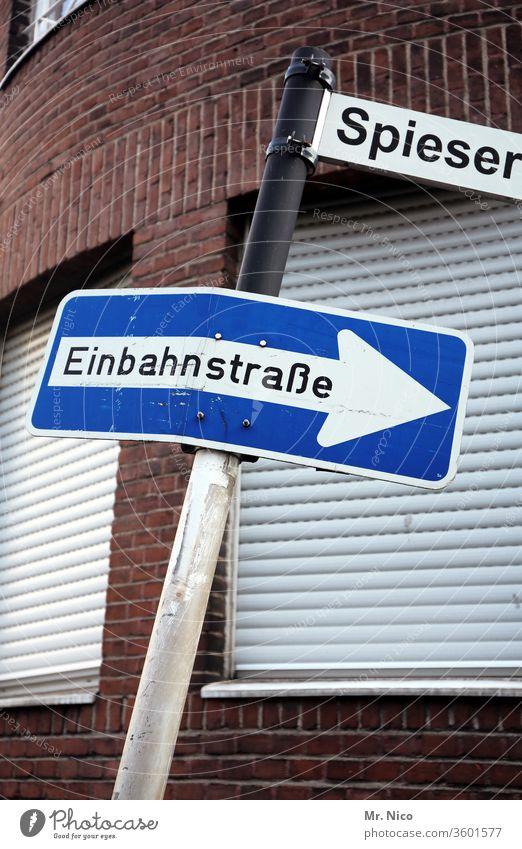 Einbahnstraße Spießer Rechtschreibreform Einbahnstraßenschild Schilder & Markierungen Verkehrszeichen Straße Verkehrsschild Haus Fenster Rollladen geschlossen