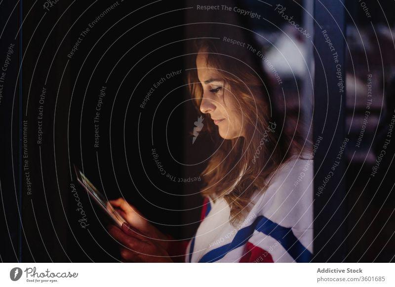 Reden von Paaren im Video-Chat über Tablet Videoanruf reden Tablette benutzend Freundin sprechen Partnerschaft Kommunizieren Anschluss Talkrunde Gespräch