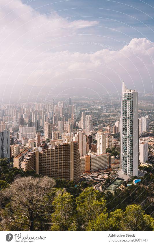 Moderne Architektur eines zeitgenössischen Stadtviertels Großstadt modern Gebäude Wolkenkratzer Stadtbild Dunst Zeitgenosse Revier urban Spanien Benidorm