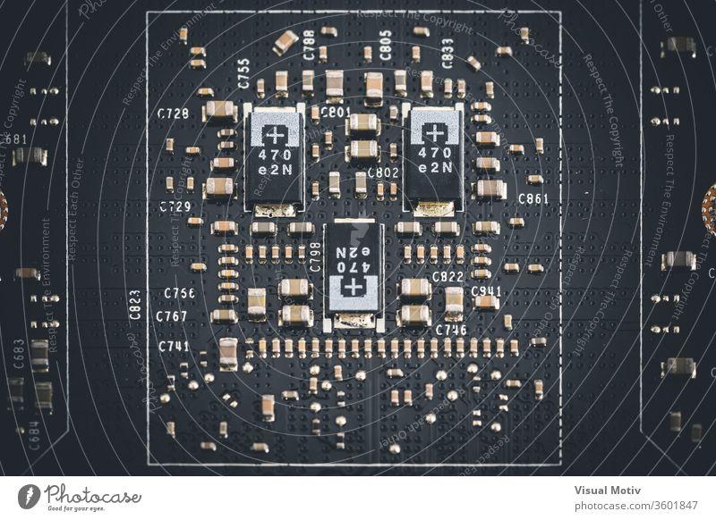 Makroansicht von elektronischen Komponenten der Leiterplatte einer Grafikkarte Platine Mikrochip graphisch integrierte Schaltung Postkarte Element Holzplatte