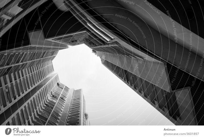 Unteransicht des Wolkenkratzers vor grauem Himmel und Wolken. Blick nach oben im Wohnhaus in der Stadt. Immobilien und Unternehmensaufbau. Mehrstöckiges Wohngebäude. Eigentumswohnung.