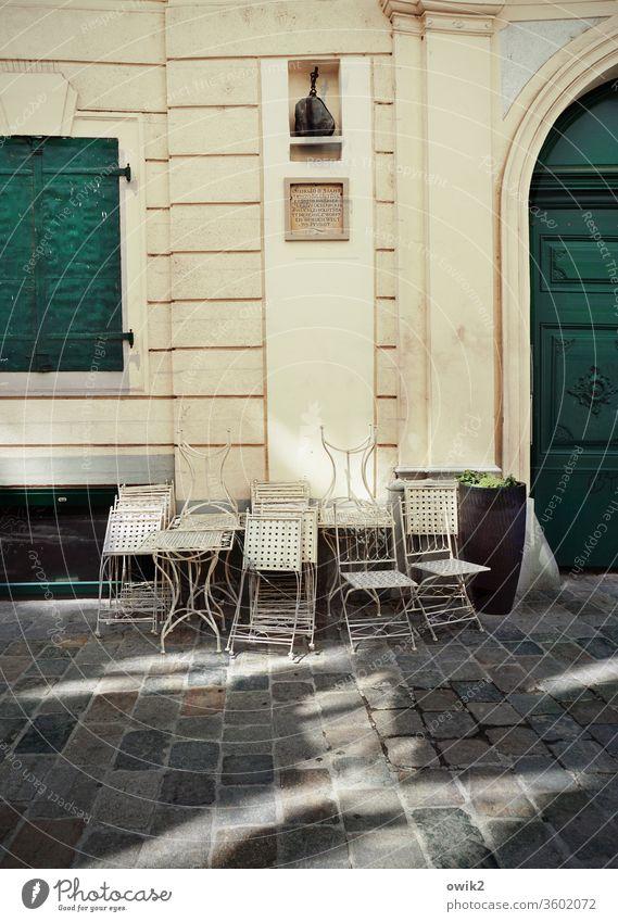Geschlossene Gesellschaft Wien Cafe Stühle elegant Metall Außenaufnahme Wand Fassade Haus Tor Fenster geschlossen warten Fußgängerzone Mauer Menschenleer
