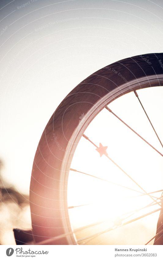 Wheel and Stars wheel Stern Gegenlicht bike Fahrrad Rad goldene stunde Freiraum oben Tiefenschärfe Sommer Außenaufnahme Sonnenuntergang Abend Farbfoto