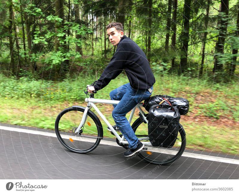Junger Mann auf Fahrradtour Jugendlicher unterwegs Gepäck Familienurlaub aktiv attraktiv