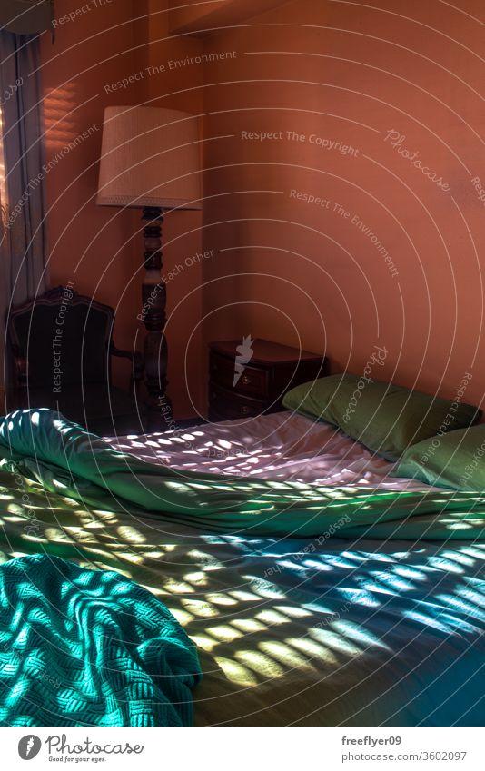 Ungemachtes Bett nach einem Mittagsschlaf leer keine Menschen ungemachtes Bett schlafen Raum dunkel Spanisch Bettdecke Kopfkissen Decke Leinen Schlafmatratze