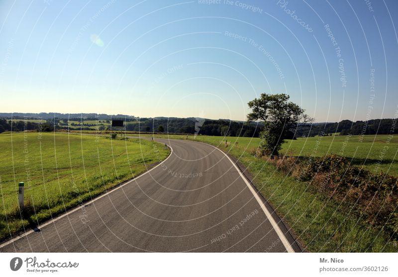 Landstraße Straße Verkehrswege Wege & Pfade Asphalt Umwelt Kurve Landschaft Natur Baum Himmel Feld Wiese Schönes Wetter Hügel Horizont Einsamkeit