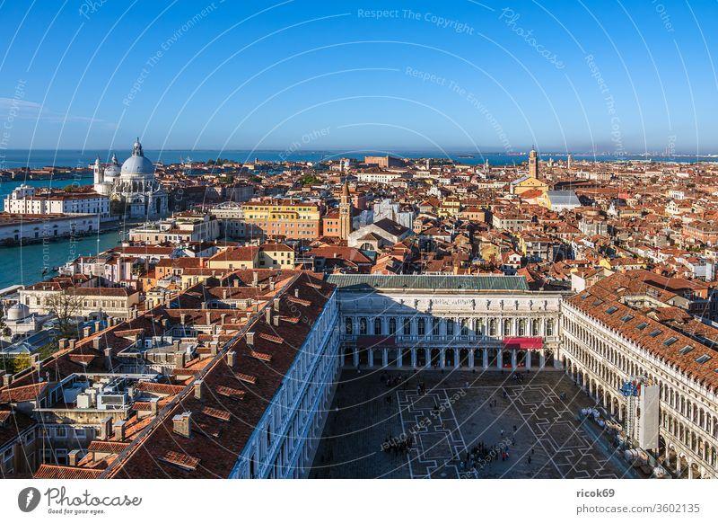 Historische Gebäude in der Altstadt von Venedig in Italien Markusplatz Piazza San Marco Kirche Urlaub Reise Stadt Architektur Haus historisch alt Bauwerk Kanal
