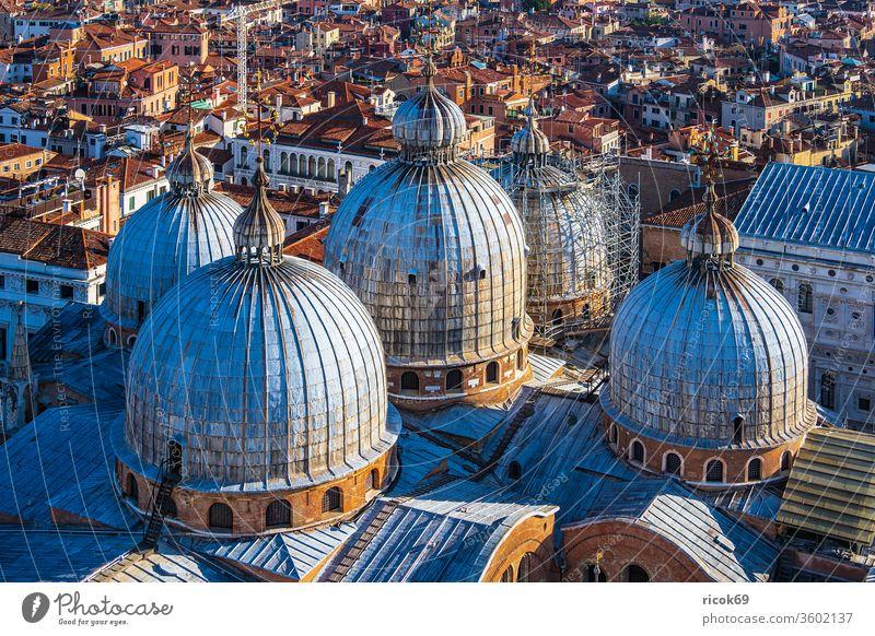 Historische Gebäude in der Altstadt von Venedig in Italien Kirche Markusdom Basilica di San Marco Urlaub Reise Stadt Architektur Fassade Kuppel Turm Basilika
