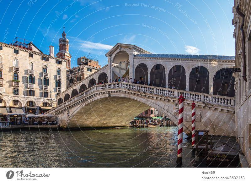 Blick auf die Rialto Brücke in Venedig, Italien Urlaub Reise Ponte di Rialto Stadt Architektur Haus Gebäude historisch Bauwerk Canal Grande Kanal Wasser Boot