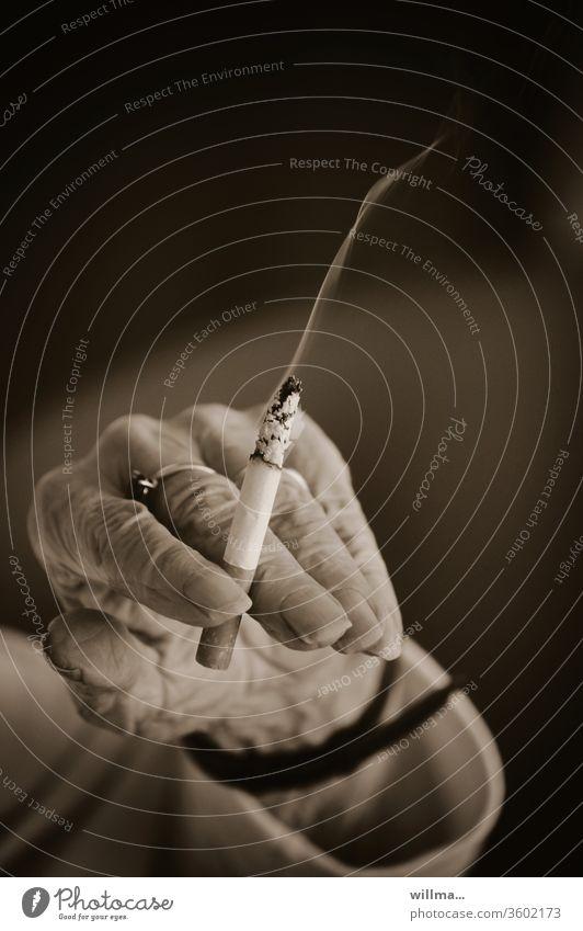 Der kleine Genuss einer hochbetagten Dame Zigarette Hand Rauchen Greisin genießen Finger Gewohnheit Alter Genussmittel Laster Sucht faltig runzlig Runzeln