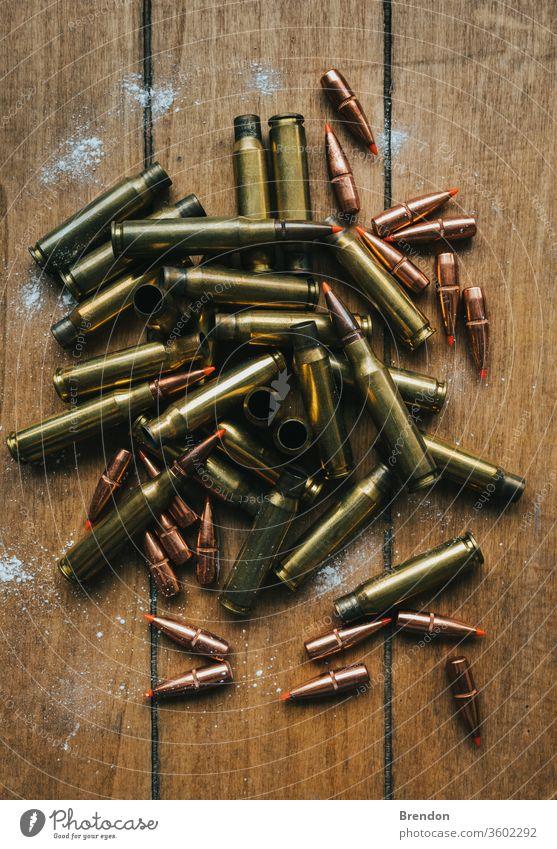 .308 Munition mit Geschossen Flache Lage an Bord, umgeben von Pulver bewaffnet Armee Vereinigung Hintergrund Messing Gewehrkugel Kugeln Kaliber Patrone
