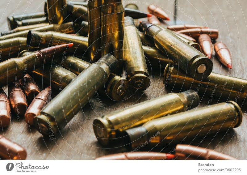 .308 Munition mit Projektilen Flachlegung an Bord 9mm bewaffnet Armee Vereinigung Hintergrund Messing Gewehrkugel Kugeln Kaliber Patrone Kartuschen Hüllen