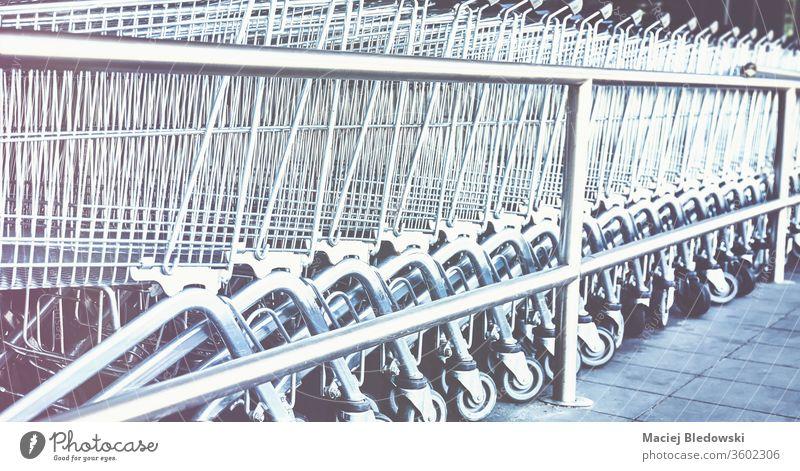 Reihe von leeren Einkaufswagen. Karre Supermarkt Einzelhandel Handwagen Laden kaufen Werkstatt Korb Markt Instagrammeffekt Business Lebensmittelgeschäft