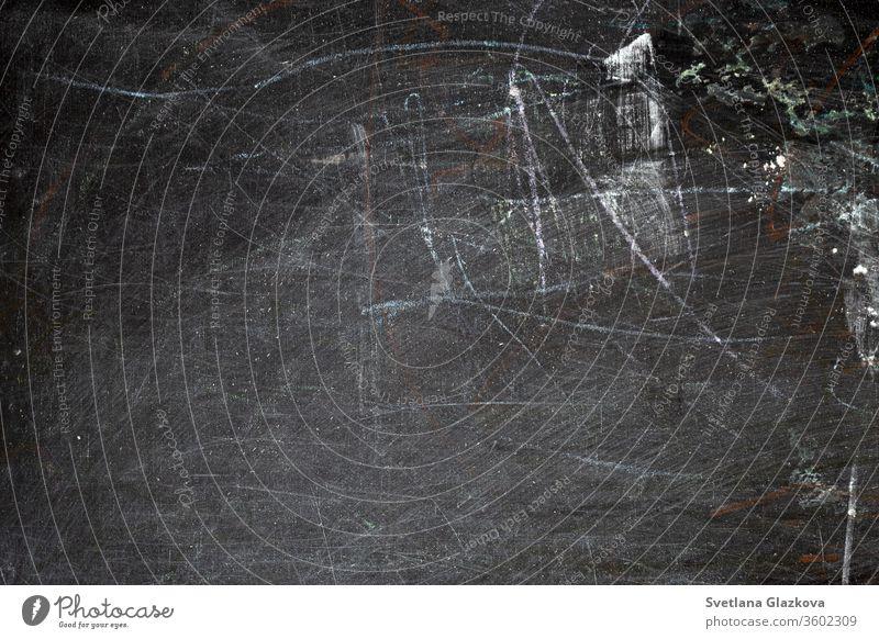 Nahaufnahme einer schwarzen, schmutzigen Kreidetafel Inserat Werbung Hintergrund Plakatwand Tafel blanko Holzplatte Klasse Klassenraum schließen Hochschule