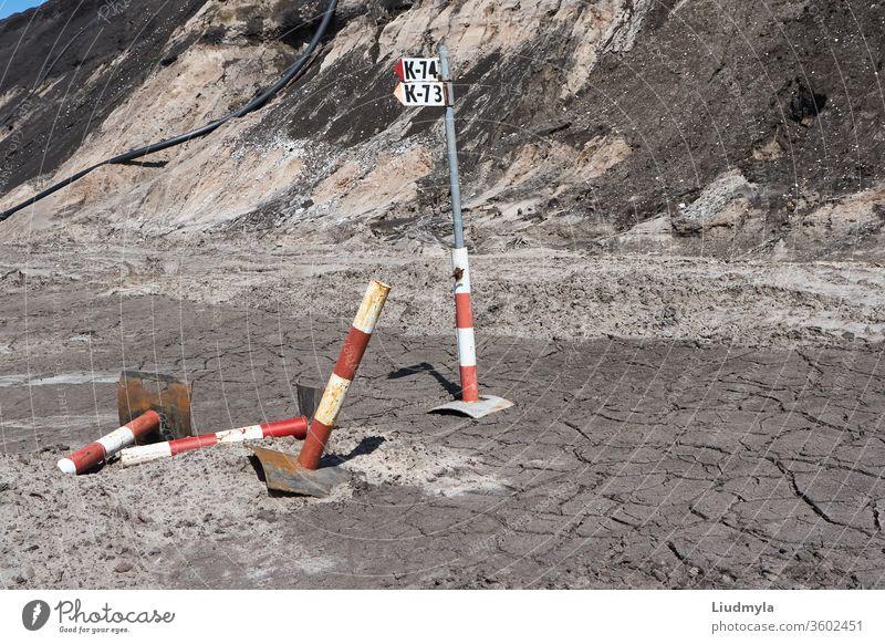 Bodenerosion und Risse als Folge menschlicher Abbauaktivitäten im Steinbruch. Umweltkonzept. Arbeit Oberfläche Maschinenbau Schmutz Erdarbeiten Rasen Land