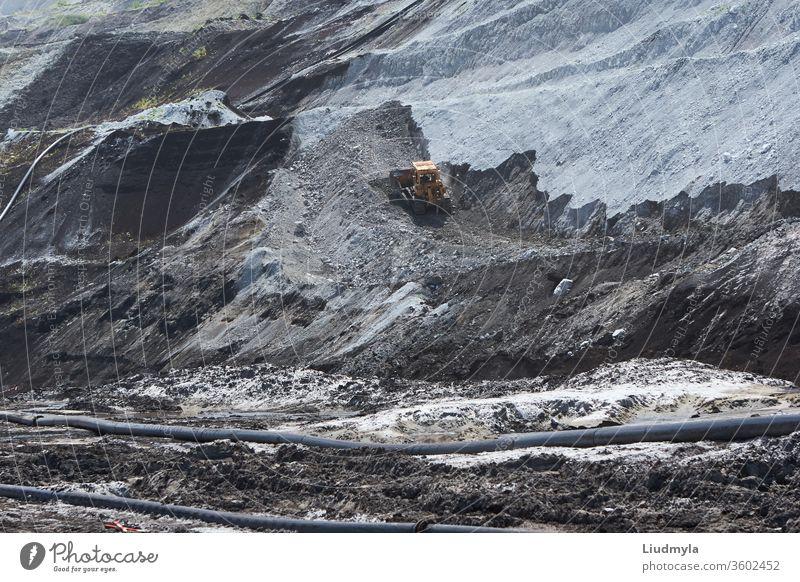 Ein Bulldozer bei der Arbeit in einem Steinbruch im Freien Entladung Boden Rad Bahn bauen Erdbewegung Berge u. Gebirge Herstellung Mineral Entwicklung