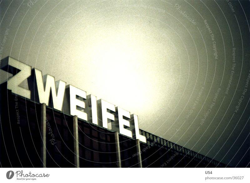 Vertrauen Berlin Buchstaben obskur Installationen Palast der Republik