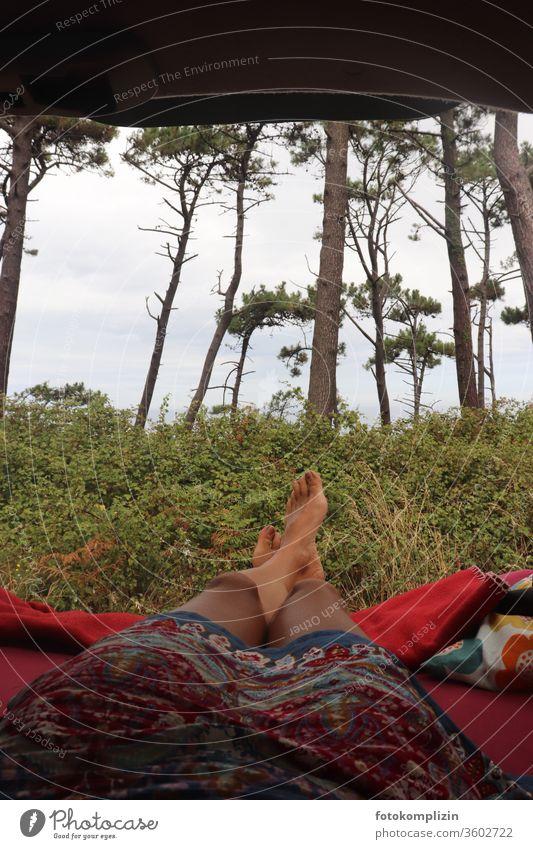 Selfie-Blick aus dem Auto raus in die Natur Beine roadtrip entspannt Naturliebe reisen van-life Ferien & Urlaub & Reisen Erholung Frau Autofenster automobil