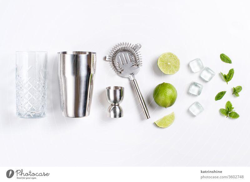 Zutaten und Barkeeper-Werkzeuge für Mojito-Cocktail Mocktail Minze Kalk Caipiroska Caipirinha Glas Herstellung Draufsicht Limonade Getränk trinken Blatt Alkohol