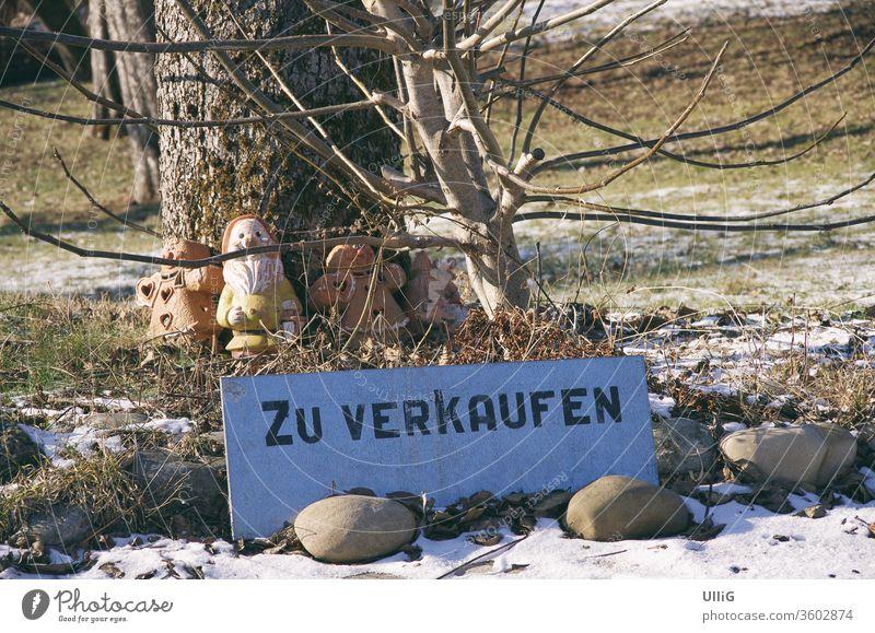 Grundstück Zu Verkaufen Schild - Schild mit der Aufschrift ZU VERKAUFEN auf einem Gartengrundstück. Eigentum Immobilie Frühling Makler Käufer Verkäufer