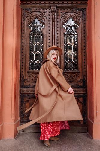 Blondine in rotem Kleid und Hut in der Stadt. Modisches Porträt eines blonden Models. Mädchen posiert vor der Kamera Frau jung Tourist schön Stil Italien
