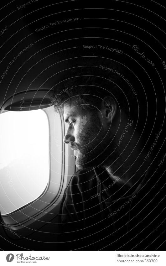 fernweh II Mensch Jugendliche Ferien & Urlaub & Reisen Erwachsene Ferne Junger Mann Liebe 18-30 Jahre Denken Flugzeugfenster träumen maskulin nachdenklich