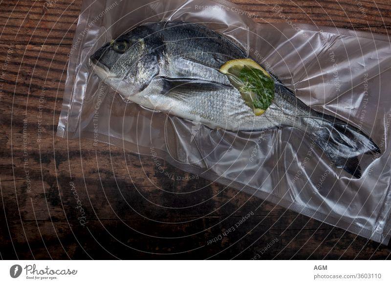 Dorade vakuumiert für sous vide Lebensmittel luftdicht Tasche sauberes Essen Essen zubereiten Kopierbereich Diät Dorado Fisch flache Verlegung frisch