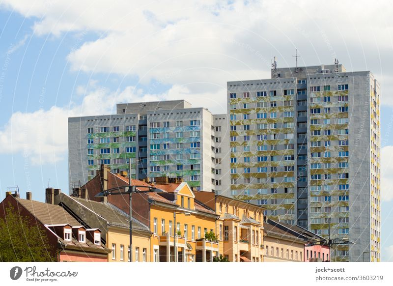 Alt vor Neubau Fassade Plattenbau Architektur Lichtenberg Sonnenlicht Stil Altbau Stadtentwicklung Himmel Wolken trist Wohnhochhaus Gegensätze authentisch